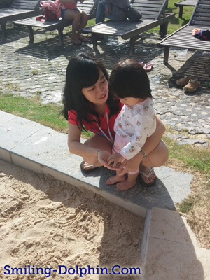 Baby CG trying to touch a sand ^^